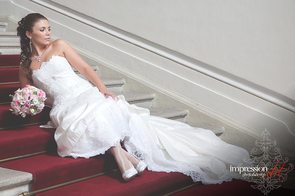 60291245ae Amikor egy megbeszélésen találkozunk a párokkal, egy téma biztosan mindig  előtérbe kerül, ez pedig a menyasszonyi ruha kérdése.